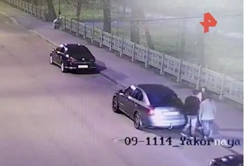 俄罗斯3人在烈士墓长明火上烤串 1名男子被捕