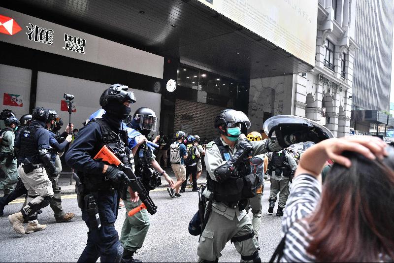 中环逾千人聚集‧港警方发射胡椒球弹