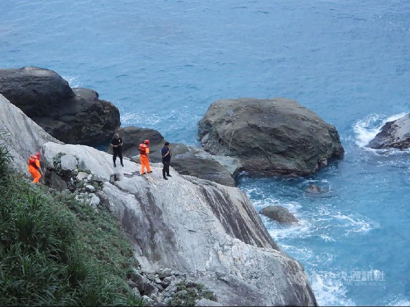 兄弟悬崖旁捡贝类孝敬母亲·哥哥疑落海失联