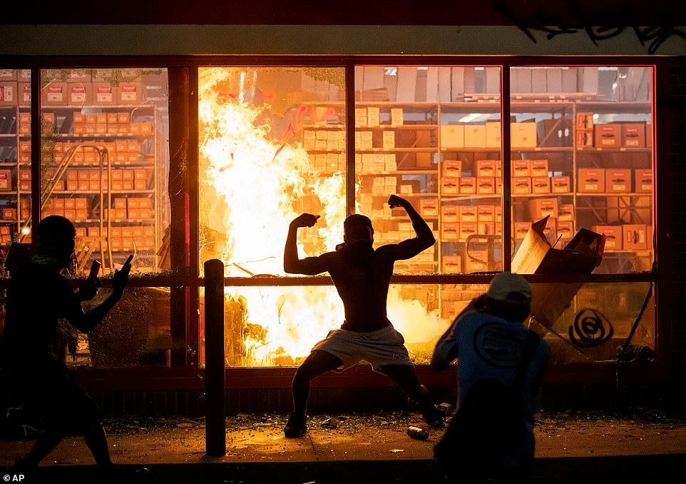 美国大批抗议者抢劫纵火 特朗普斥:暴徒!