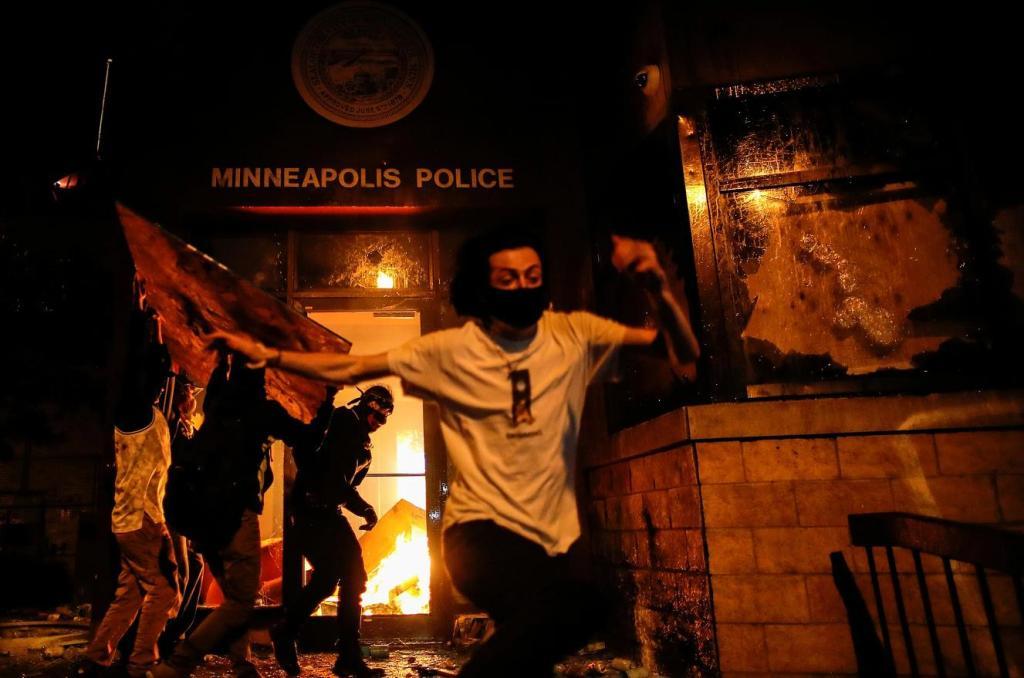 抗议升级!美国明尼阿波利斯市警察局被烧