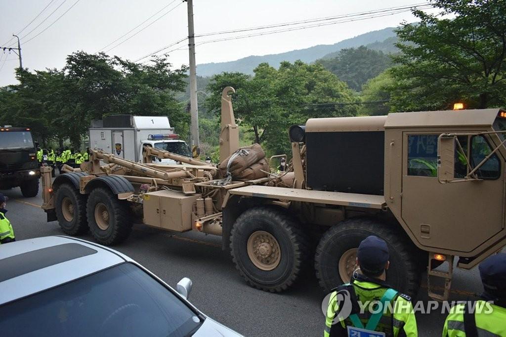 """美韩连夜向""""萨德""""基地运设备:疑似含导弹 居民抗议5人受伤"""