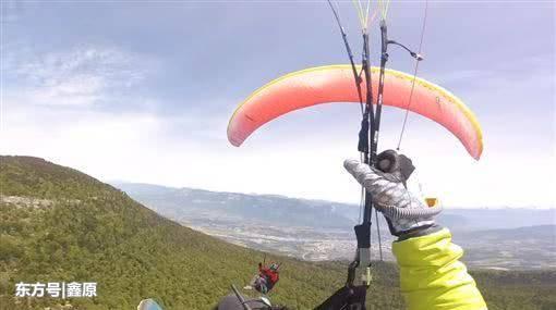 法国2架飞行伞相撞直坠地面,涉事两人奇迹生还画面曝光!