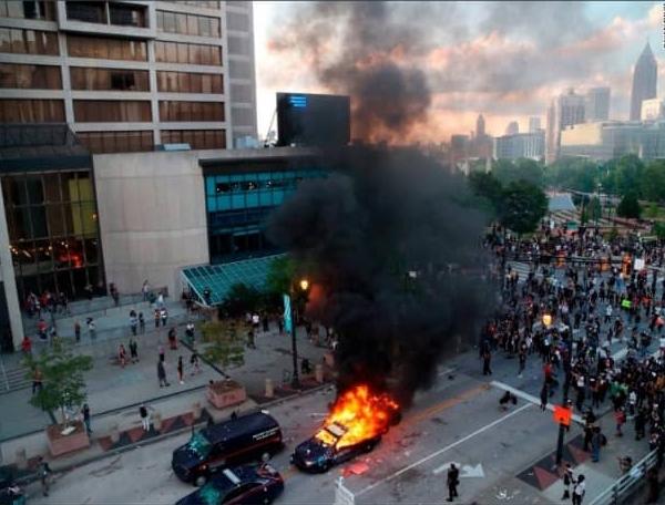 警杀黑人引发抗议·美示威者袭击CNN总部