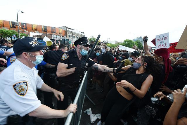 纽约抗议者与警方发生冲突 投掷水瓶等杂物