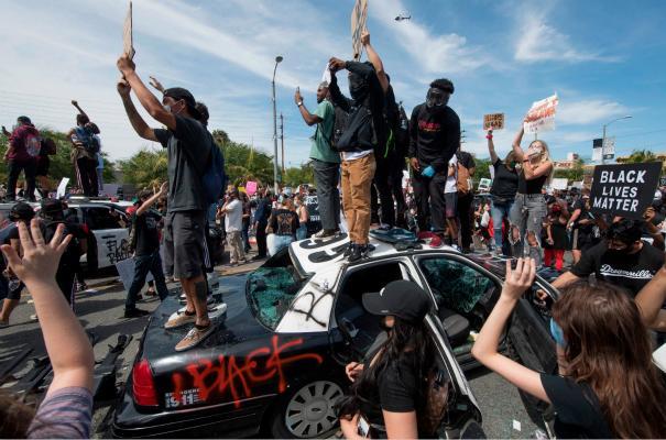 美国加州数百人聚集警察局抗议:投掷物品、燃放鞭炮
