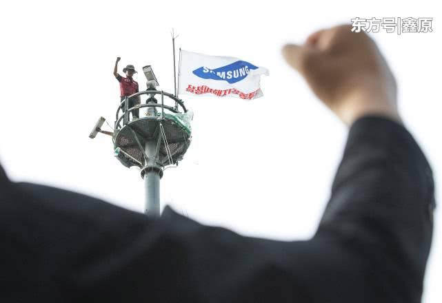 韩国男不满遭公司解雇,爬上25米高塔抗议三星一年后终于下塔!