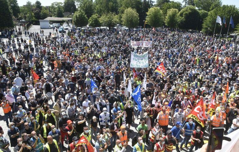 Thousands protest mass renault job cuts