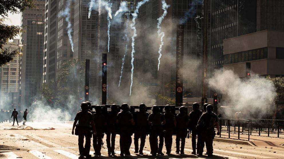 巴西也爆发抗议:不满黑人男孩遭警察击毙 数百人涌上街头
