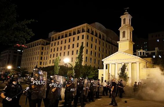 """美国白宫附近多地起火 地标建筑""""总统的教堂""""也遭纵火"""