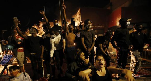 美国明尼阿波利斯市警方对记者使用催泪弹