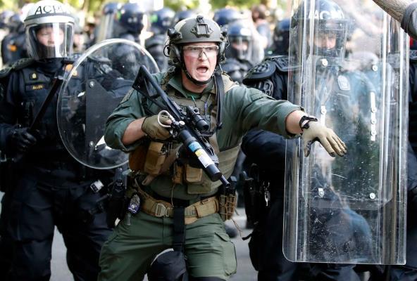 美警察向白宫外和平抗议者射催泪瓦斯 市长怒斥:可耻