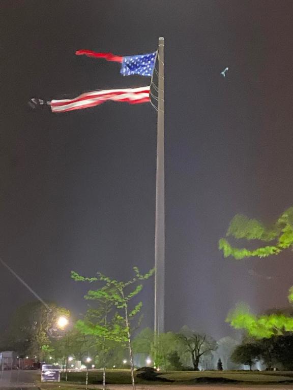 遭受强烈雷雨吹袭‧全美最大国旗被撕裂
