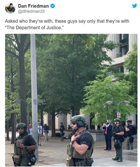 """华盛顿街头现""""神秘""""武装人员:全身无标识,拒绝透露身份"""