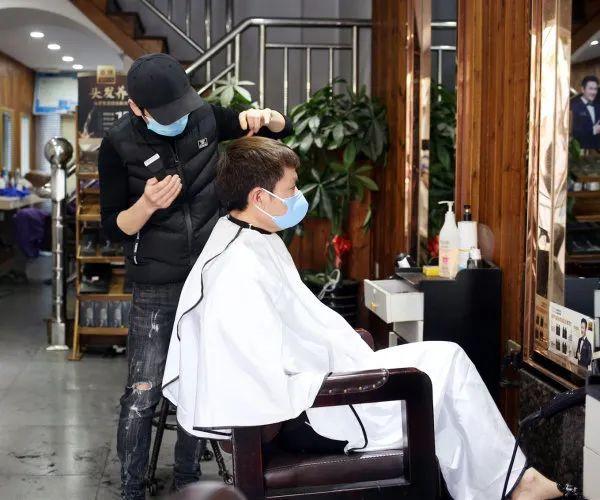 砂政府开绿灯!6月9日起, 理发店获准开业了!但只允许剪头发!