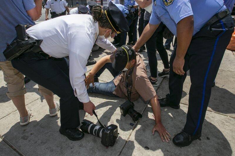 陌生人冲上一拳打脸·美联社摄记街头遇袭