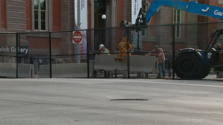 白宫安保再升级:2.5米铁丝网外 又加固水泥墩