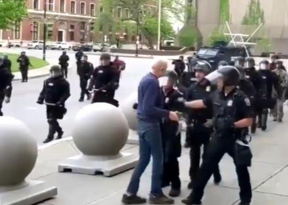 纽约两警察推倒老人后被停职 警局小组57人集体辞职声援同事