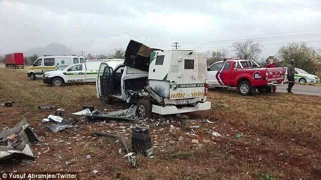 南非劫匪抢运钞车,未料炸药设置过量车身遭炸!钞票满天飞便宜了他们?!