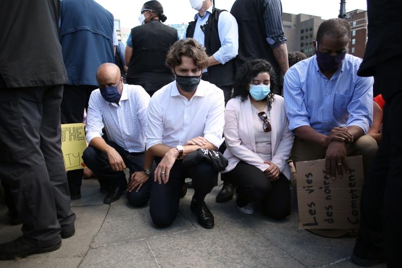 现身游行人群中·杜鲁多单膝跪地挺示威者