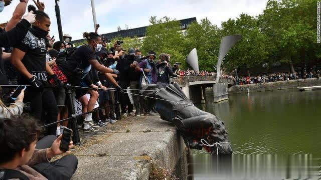 历史清算?!英国示威者将奴隶贩子雕像扔进河中,此前美国南北战争将军雕像已被扯倒