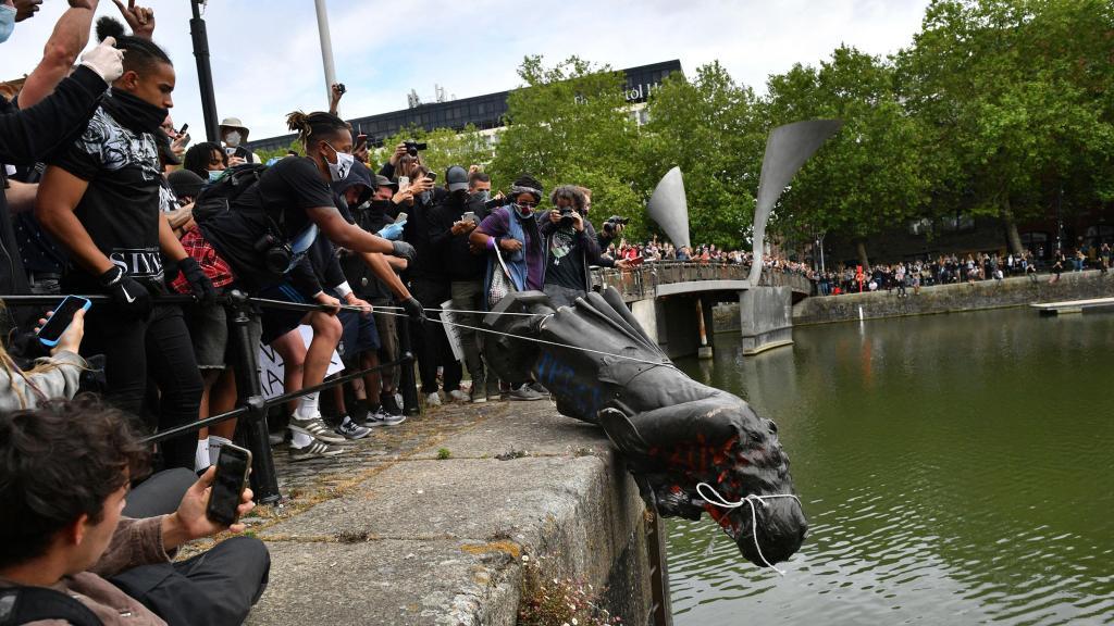 反种族主义抗议活动蔓延全球 英国抗议者推倒17世纪奴隶贩雕像