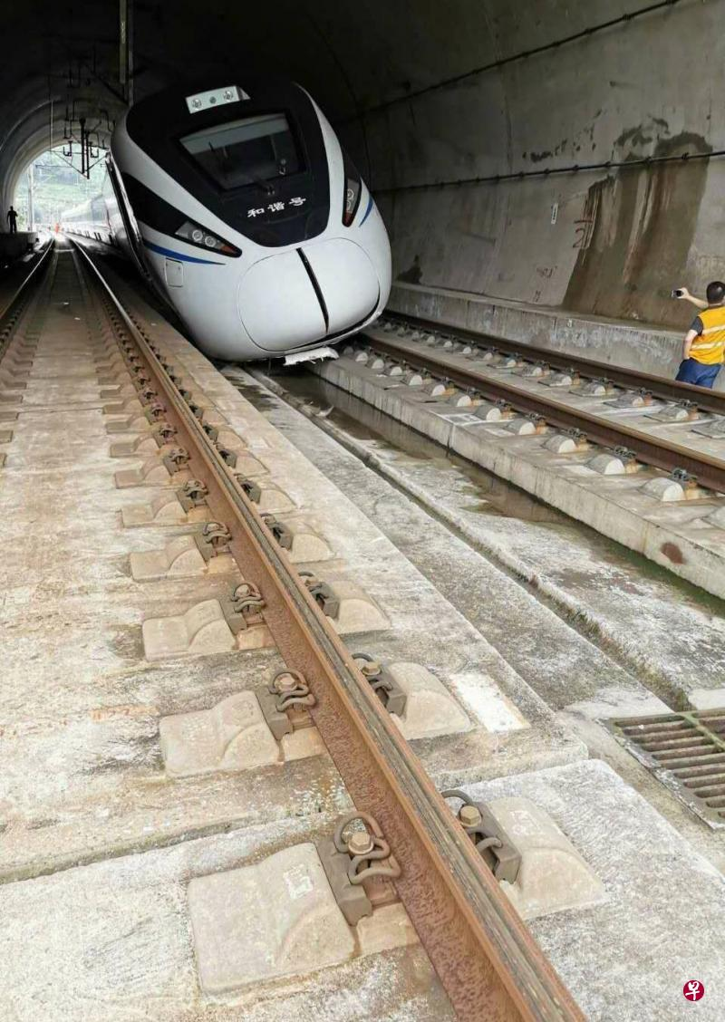 广州至重庆一高铁因落石行车受阻 一驾驶员受伤乘客转运