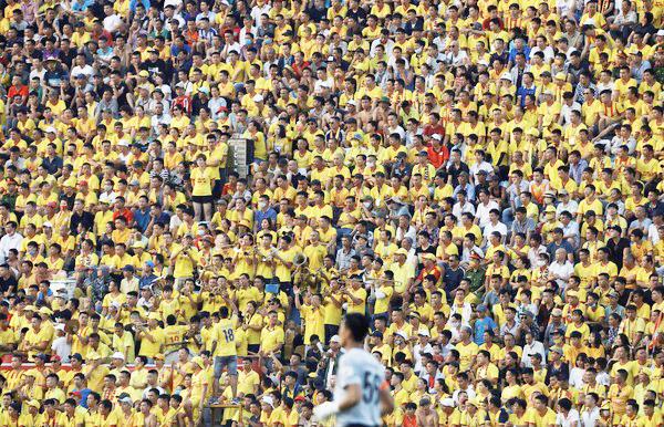 越南足球联赛 球场万人沒戴口罩