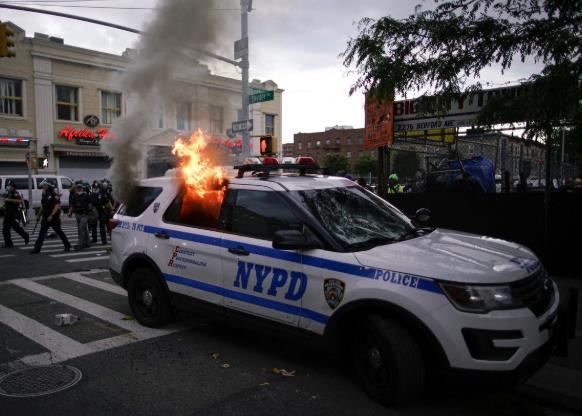 纽约抗议活动中,出现了伪装成冰淇淋的混凝土