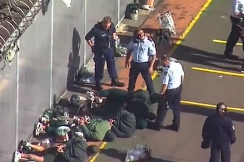 澳洲监狱骚乱·狱警放催泪弹平息