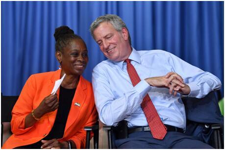 """纽约市长再为被捕混血女儿辩护:她曾质问我是否享有""""白人特权"""",而她通常说的都对"""