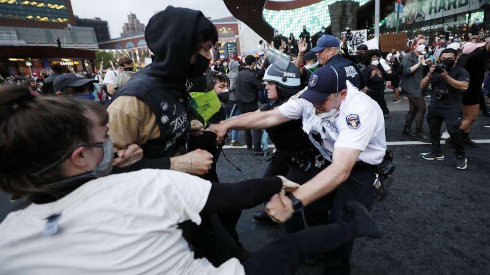 纽约警员暴力对待示威民众后被控4项罪名 检方:绝不姑息