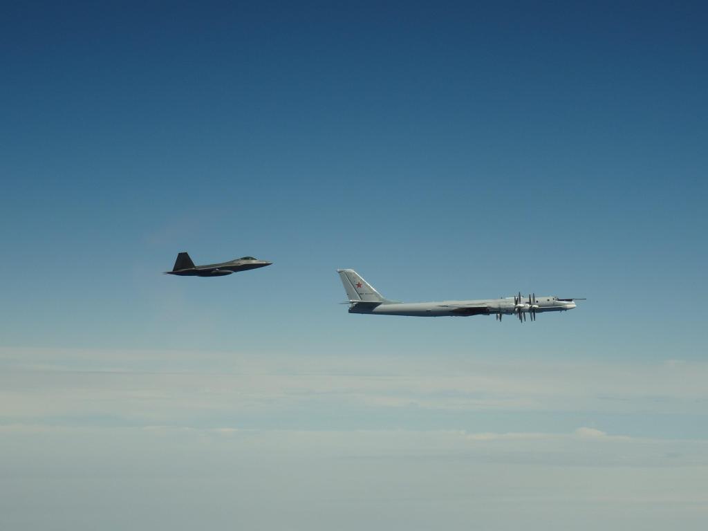 俄4架轰炸机抵近阿拉斯加 美军F-22紧急升空拦截