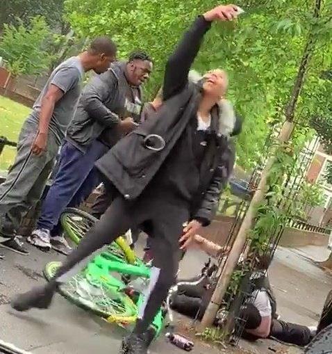 英警察街头遇袭路人看热闹 警察工会主席:我们不是社会的出气筒