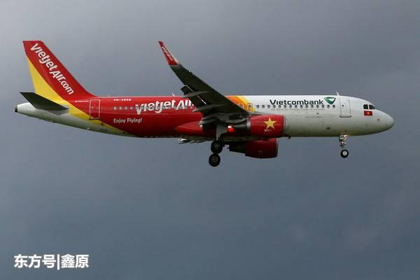 越南A321客机因天气影响降落后冲进草皮,深陷泥坑中!
