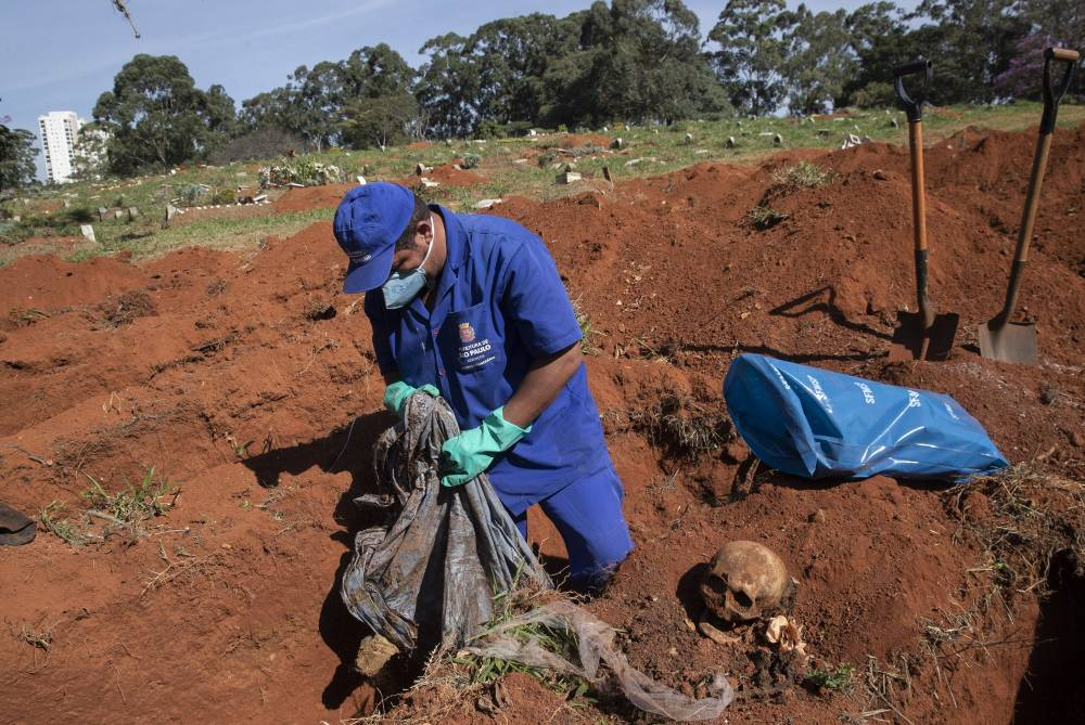 巴西死亡人数激增!他们被迫挖尸体出来,为病患腾空间?