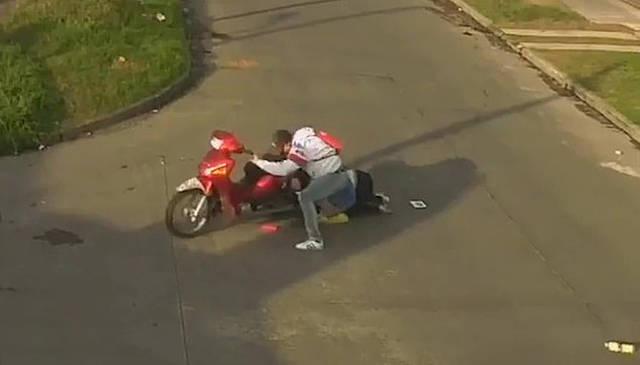 阿根廷一女子遭抢劫 头发缠劫匪摩托车中在地上被拖行