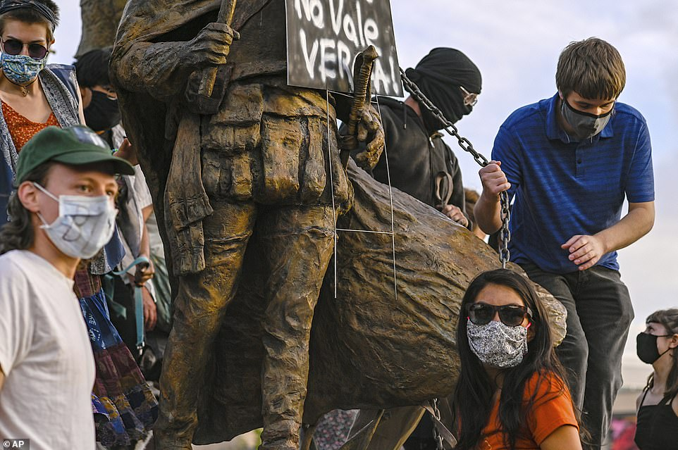 美国前议会候选人保护雕像对抗议者连开四枪 致其鲜血涌出
