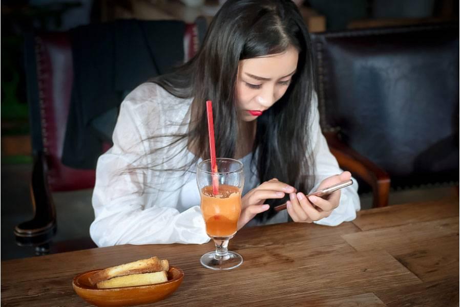 来自妈妈的警告! 7岁孩童长时间玩手机玩到动手术?