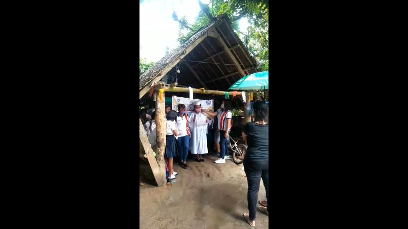 菲律宾小学毕业典礼·老师让学生轮流戴一片口罩