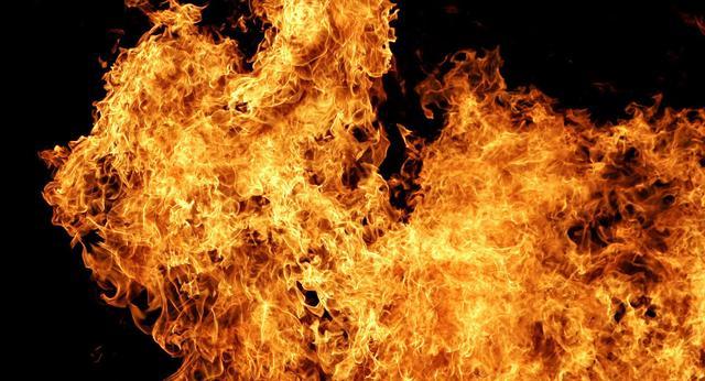 俄紧急部门:两辆轿车发生交通事故后起火致5人死亡