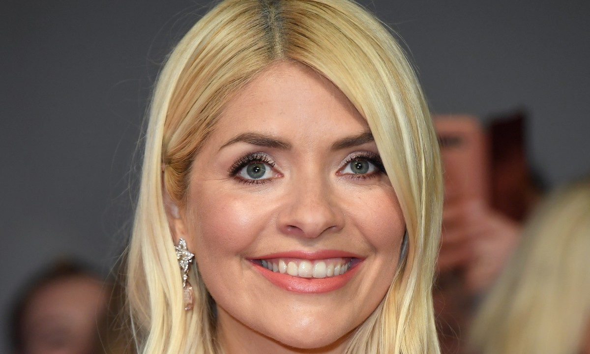 Holly Willoughby's gorgeous leather mini skirt is the ultimate Autumn staple