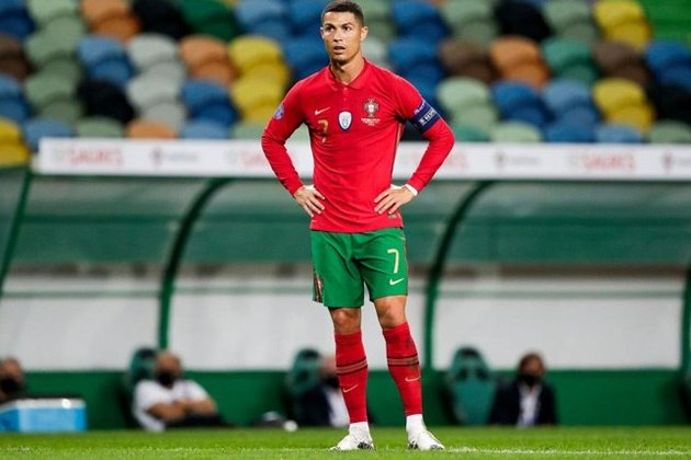 Ronaldo's castaway armband to be auctioned to help suffering baby