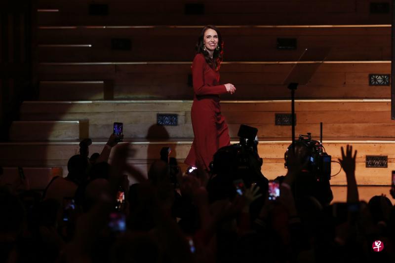 大选领导工党获压倒性胜利 阿德恩连任新西兰总理