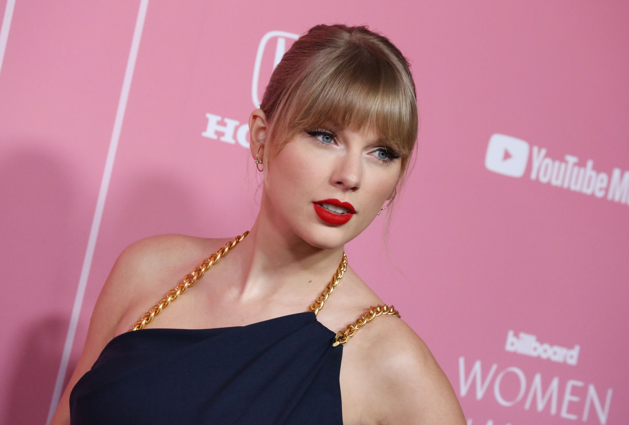 Taylor Swift donates $13,000 each to two mums struggling financially during pandemic