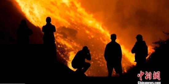 美加州野火延烧:部分地区撤离令解除 5名消防员伤