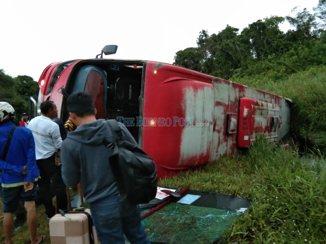Express bus crashes near Sibu, 13 passengers escape with minor injuries
