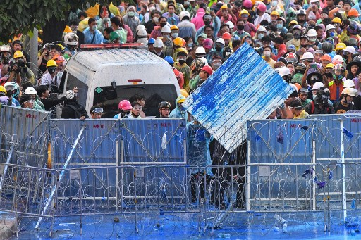 泰镇暴警察向示威者发射水炮催泪弹