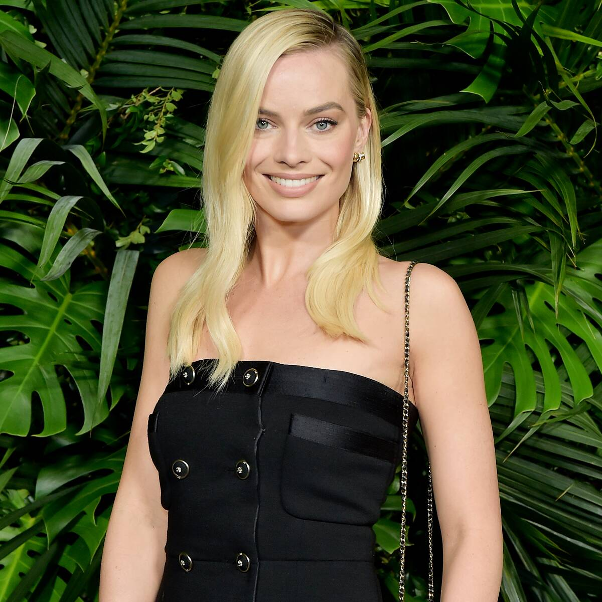 Margot Robbie Looks Unrecognizable With Jet Black Hair on the Set of Her New Movie