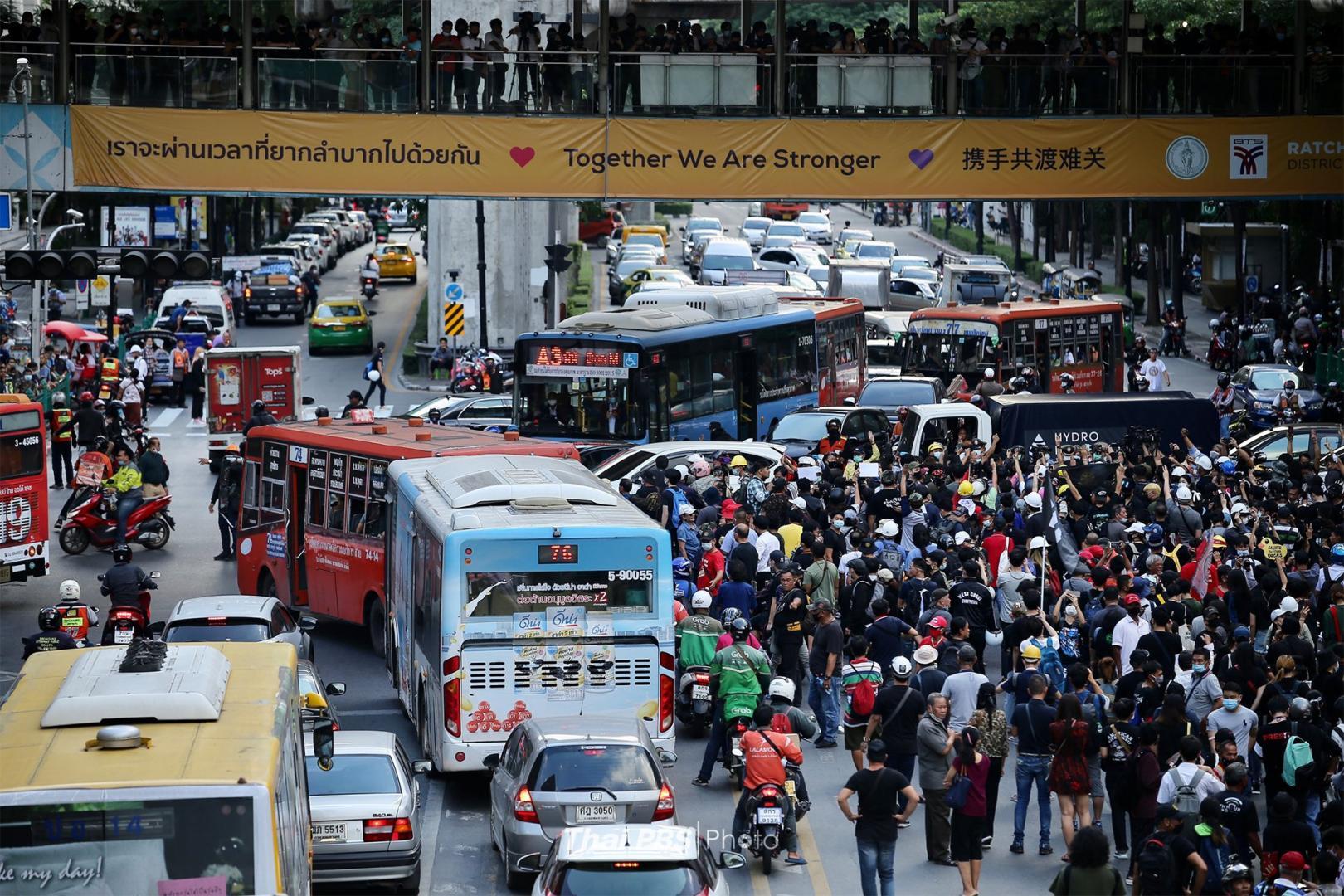 不满泰国国会否决修宪案 示威者包围警察总部